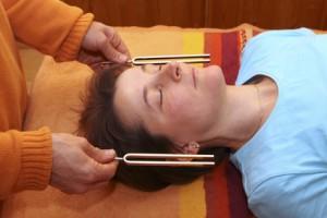 Der HNO-Arzt kann eine Stimmgabel zum Testen des Gehörs verwenden