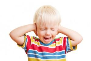 Kleinkinder schreien, essen und trinken nicht und fahren mit den Händen zu den Ohren